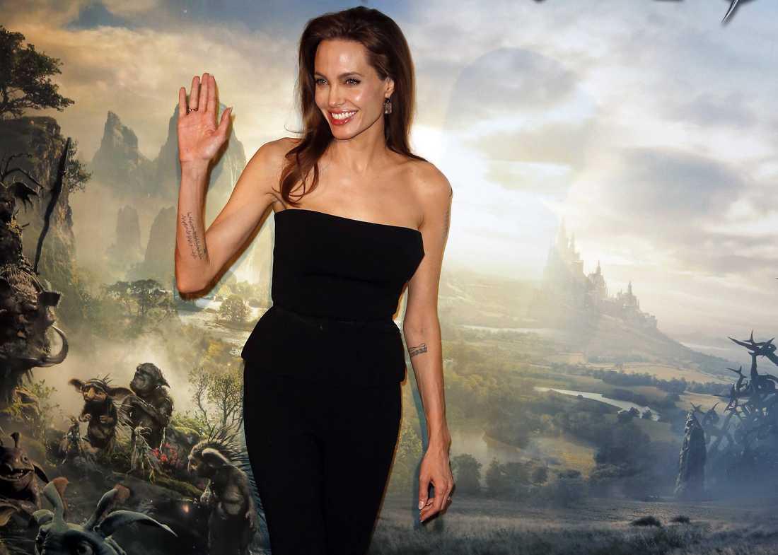 """Skräckinjagande. När de barn som provspelade för rollen som den unga Törnrosa fick se Angelina Jolie som onda fen Maleficent började de gråta - eller frös av skräck. Det enda barn som vågade vara nära henne var dottern Vivienne. """"Hon är bara söt och knasig"""", säger Jolie."""