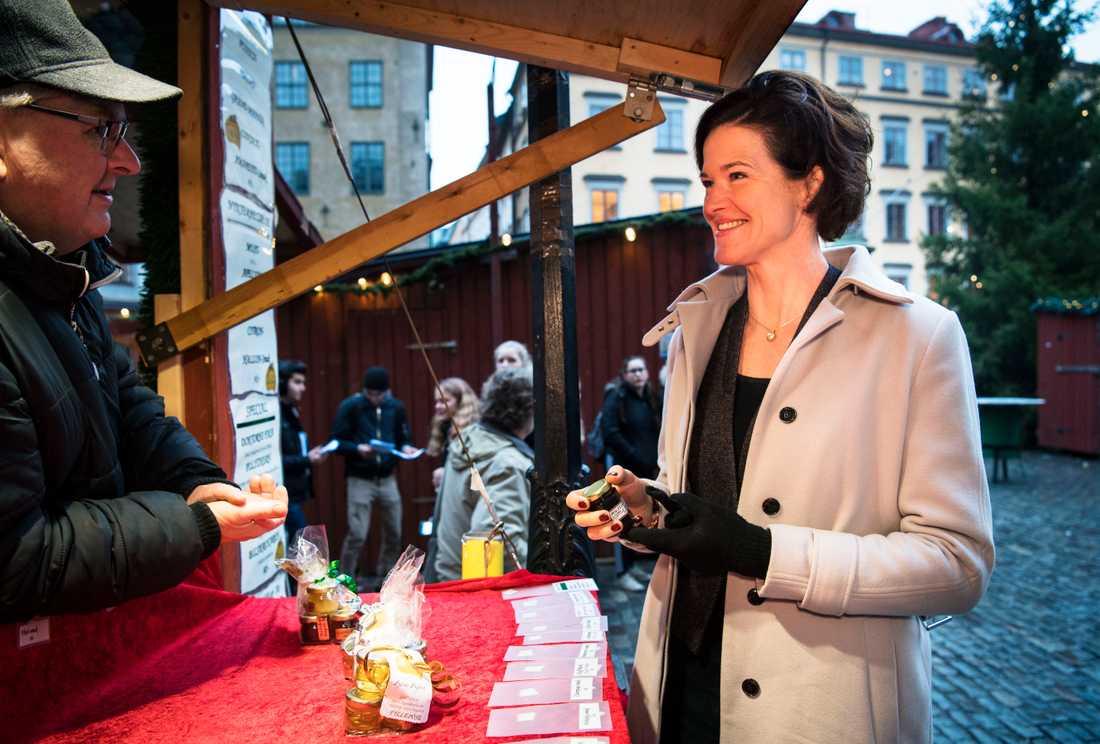 Anna Kinberg Batra besöker julmarknaden i Gamla stan.