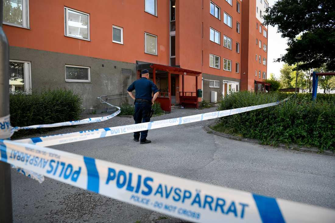 En man i 35-årsåldern har hittats död i en lägenhet i norra Eskilstuna. Två platser har spärrats av för teknisk undersökning och flera förhör har hållits.