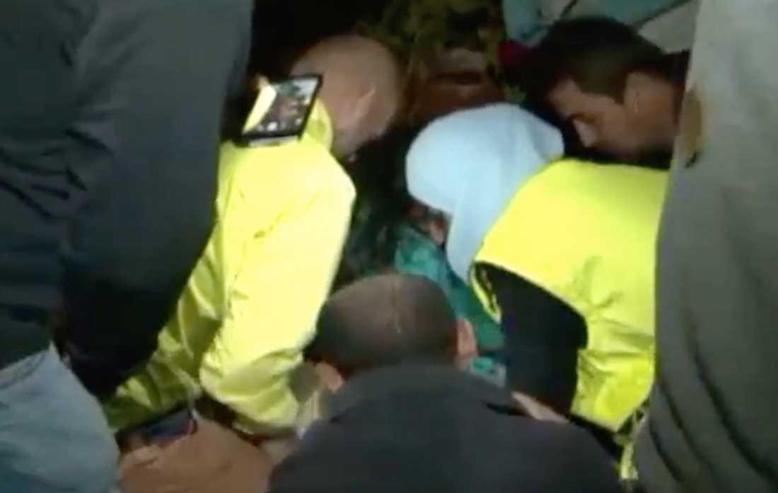 Bild ur ett videoklipp som spreds på nyheterna världen över, där Isra Abdali gör hjärt-lungräddning på ett barn.
