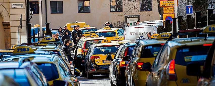 TASKIGA TAXIVILLKOR  För två veckor sedan protesterade tvåhundra taxichaufförer i Stockholm mot det nya färdtjänstavtalet som innebär sänkta löner. I dag genomför förarna en ny strejk.