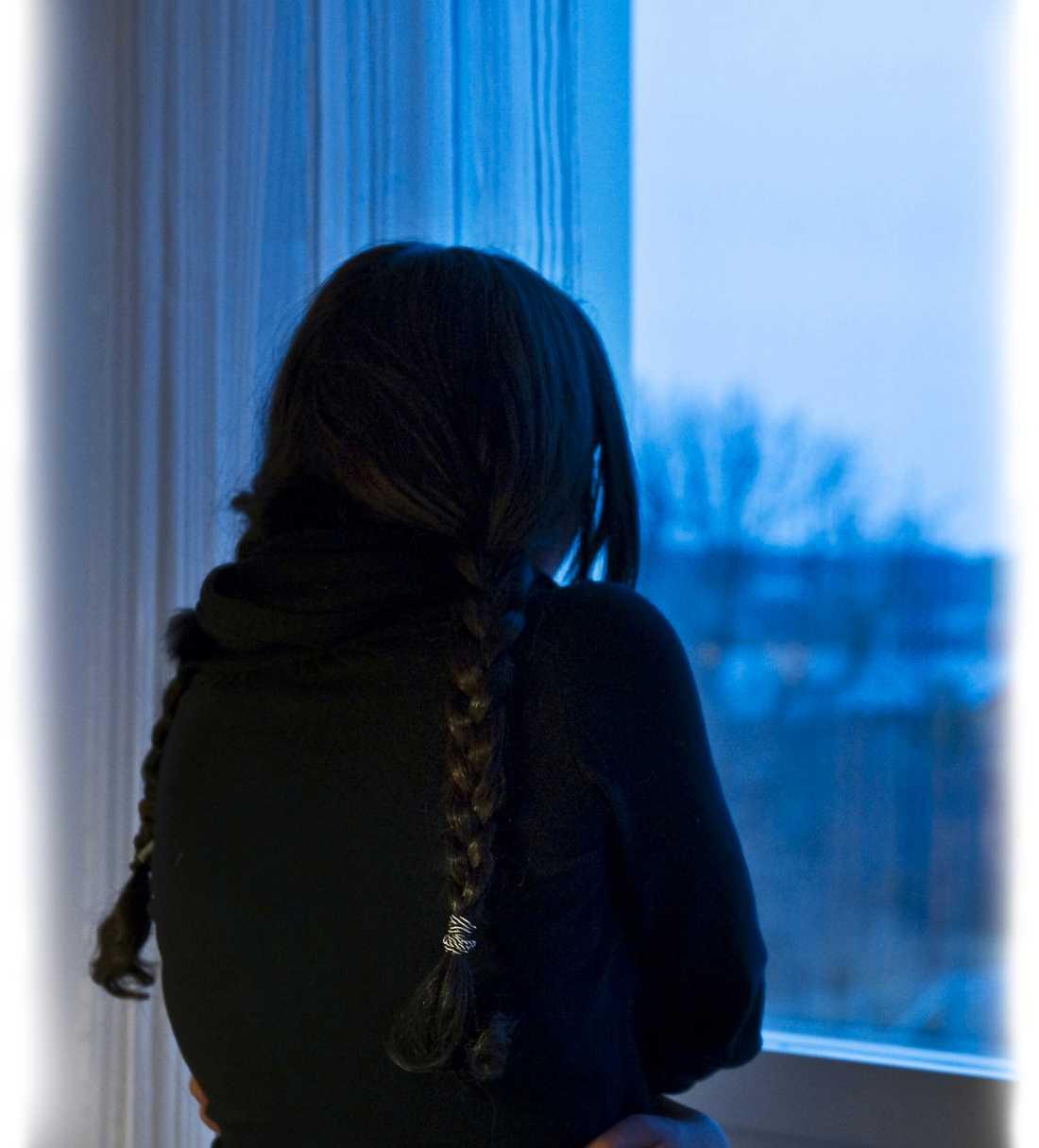 SKICKAS TILLBAKA ENSAM Sandra har sålts till tre olika män, enligt henne själv och åklagaren. När hon har vägrat att vara till lags har de slagit henne. Bundit henne. Tvingat sig på henne. Nu ska hon skickas tillbaka till sitt hemland. Ensam.