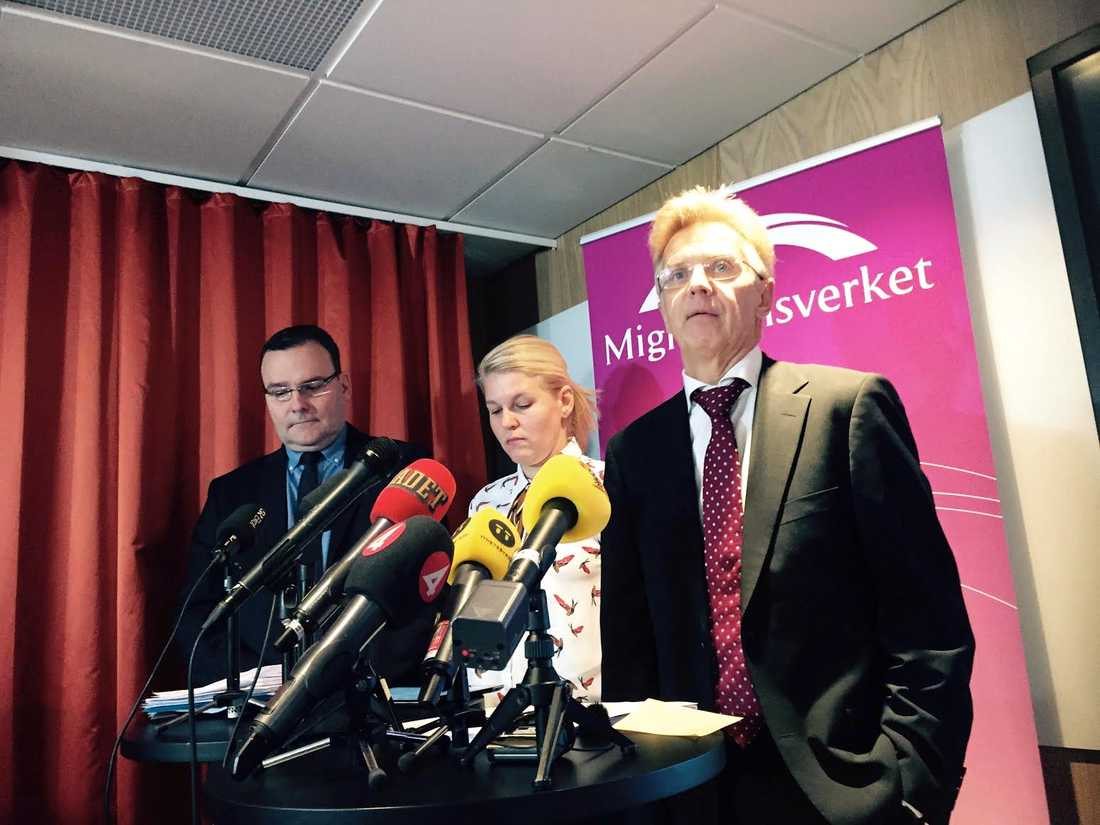 Ekonomidirektör Anders Lundbeck, omvärldsanalytiker Merjem Maslo och Migrationsverkets generaldirektör Anders Danielsson presenterar Migrationsverkets prognos över antalet asylsökande.