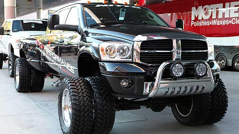 """""""Dually"""" kallas pickuperna i USA när de har fyra hjul på bakaxeln. Denna Dodge Ram 3500 är således en Double Dually med fyra hjul även fram."""