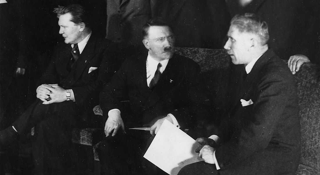 HITLER I FINRUMMET  1933 röstade den tyska borgerligheten igenom Fullmaktslagarna som kom att ge Adolf Hitler diktatoriska befogenheter. Här möts den nya regeringen med Herman Göring och Franz von Papen vid Hitlers sida.