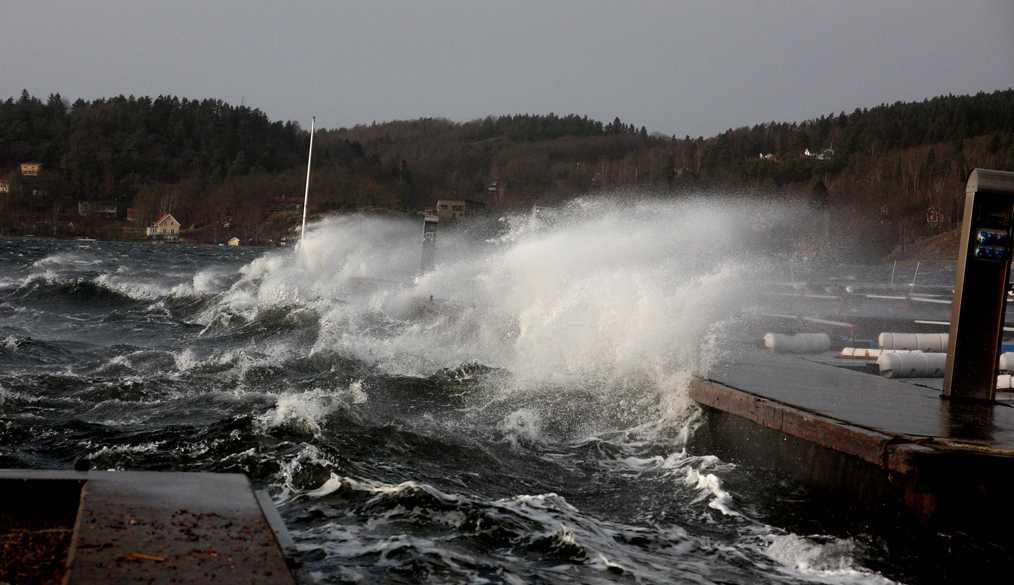 """Piskande hav Vågorna slår in över flyttbryggorna i Lyckorna brygga i Ljungskile. """"Man klarade inte att gå mot vinden inte"""", säger Kerstin Magneson som tog bilden."""