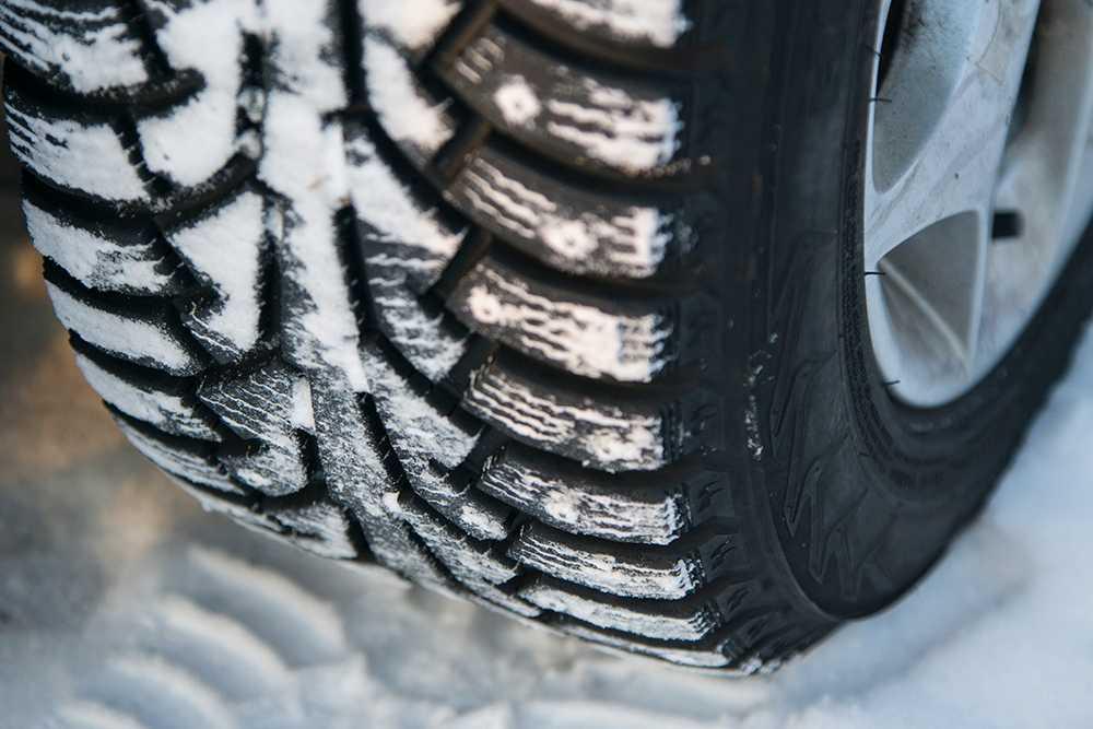 Var tionde bilist i Västra Götaland är en trafikfara, då de kör runt med vinterdäck på sommaren.