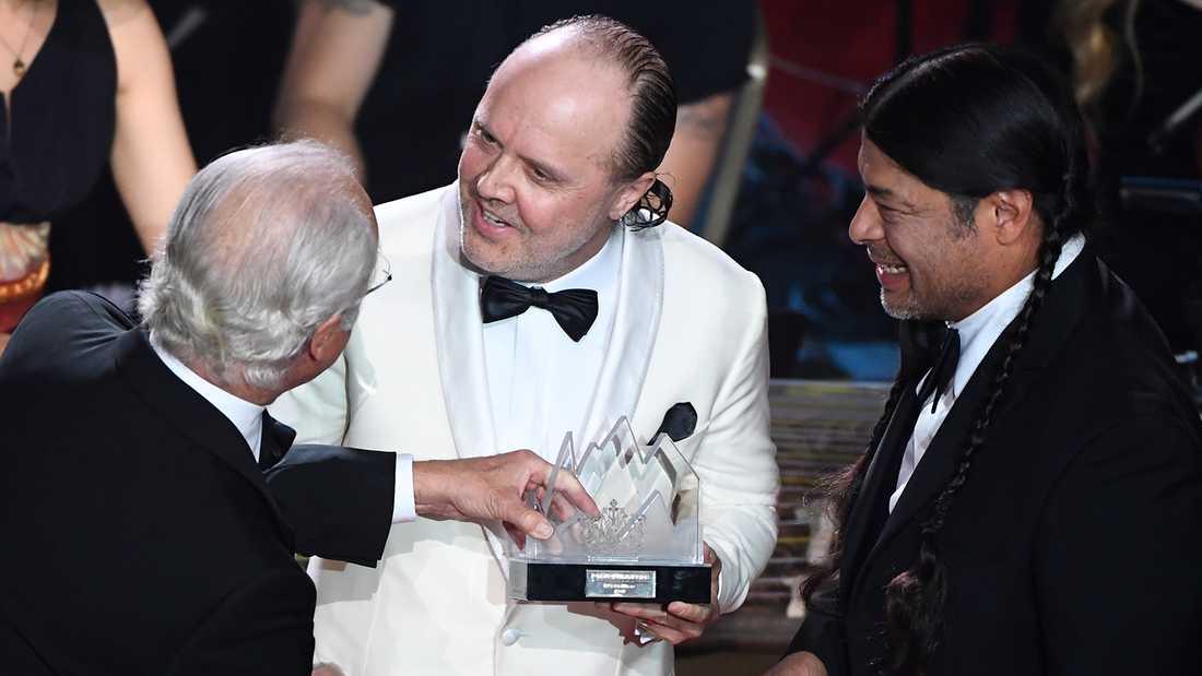 Lars Ulrich och Robert Trujillo tar emot Polarpriset ur kung Carl XVI Gustafs hand.