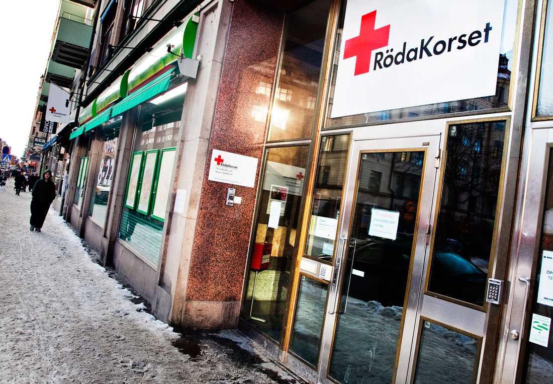 Sms-gåvorna till Röda korset har minskat med 92 procent i februari jämfört med samma månad förra året.