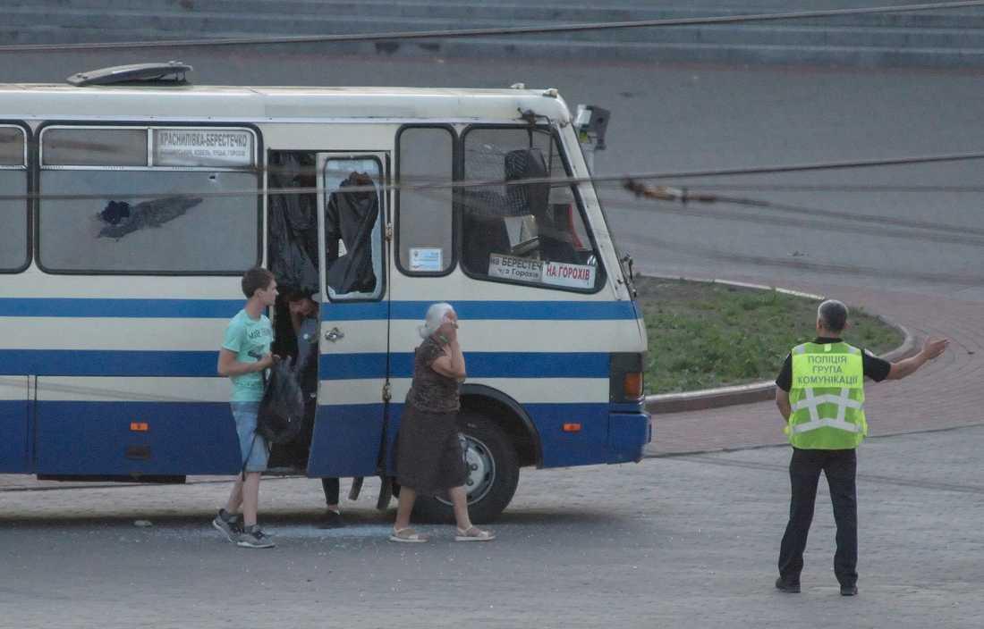 Tre gisslan släpptes tidigare under kvällen ur bussen.