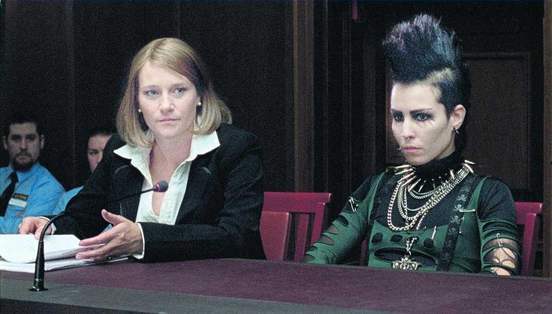 """Annika Hallin och Noomi Rapace har många scener ihop i """"Luftslottet som sprängdes"""" – Annika spelar advokaten som försvarar Salander."""