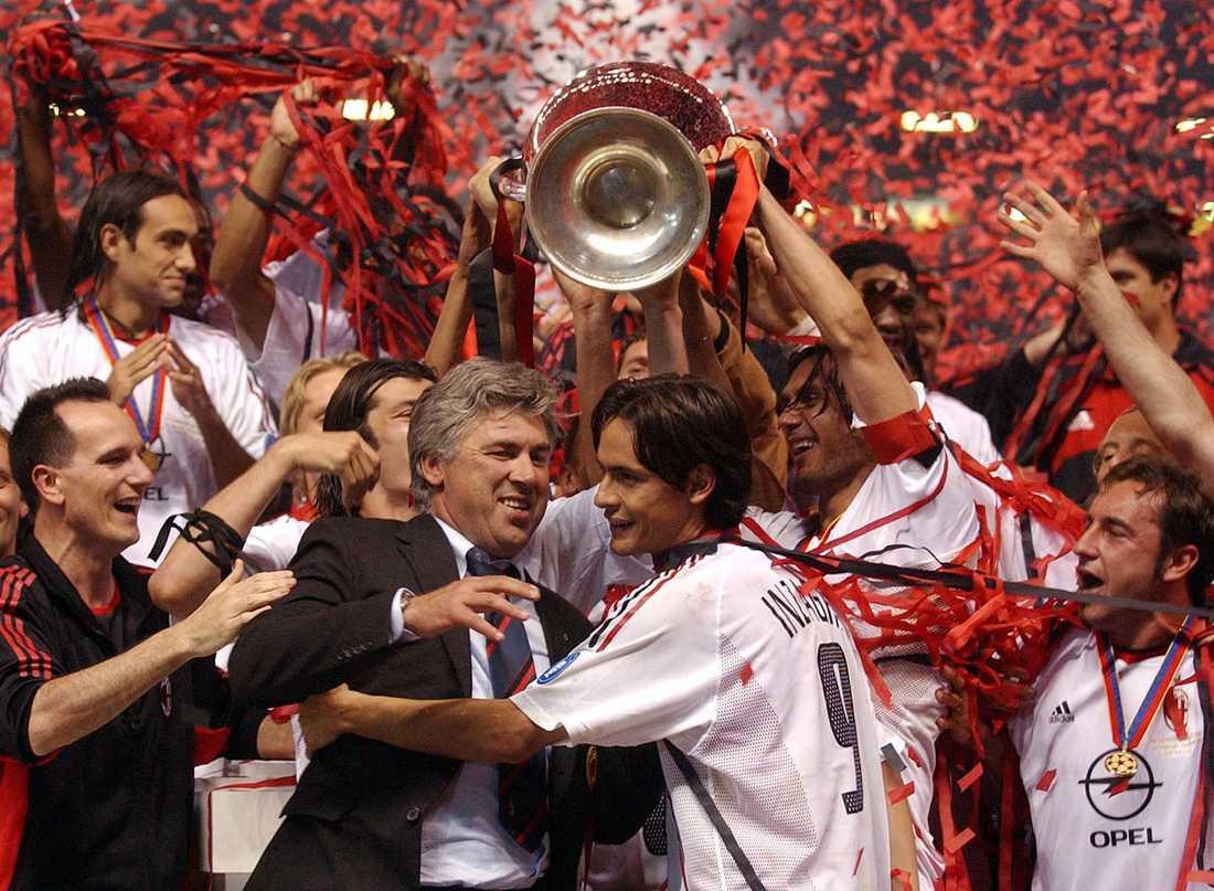 Pippo firar med Carlo Ancelotti och övriga laget efter vinsten i Champions League 2002–2003.