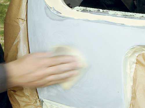 9 b. Matta ned hela ytan (forts) För att papperet ska få rätt smidighet bör det läggas i vatten en halvtimme innan du börjar slipa. Det krävs ett våtslippapper med kornstorlek 600 för att få samma finish som vid torrslipning med 360-papper. Om papperet sätter igen även vit våtslipning kan situationen förbättras med hjälp av några droppar diskmedel i vattnet. Själv valde jag att bara lacka precis där det var nödvändigt. Därför mattades lacken 1200-våtslippapper på de ytor där gammal och ny färg möts. Ett par dagar efter lackeringen (när färgen har härdat) slipar jag samma yta med 2000-våtslippapper, gnor upp en blank yta med polermedel och förseglar det hela med vax.
