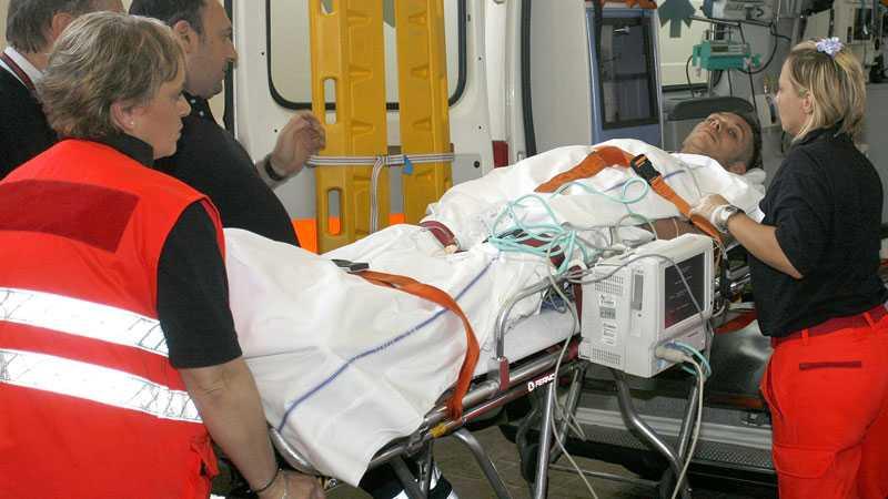 Valentino Rossi anländer till sjukhuset efter sin krasch där han bröt högerbenet.