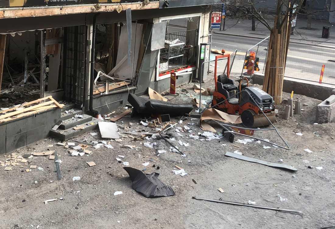 Förödelse på gatan efter explosionen.