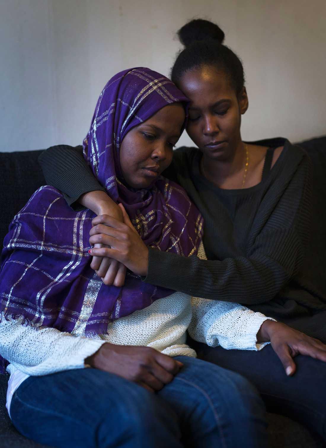 Ayaan Nur vars dotter Anisah dog i en trafikolycka i USA. Här med syster Mona Nur, moster till Anisha som stod henne nära.