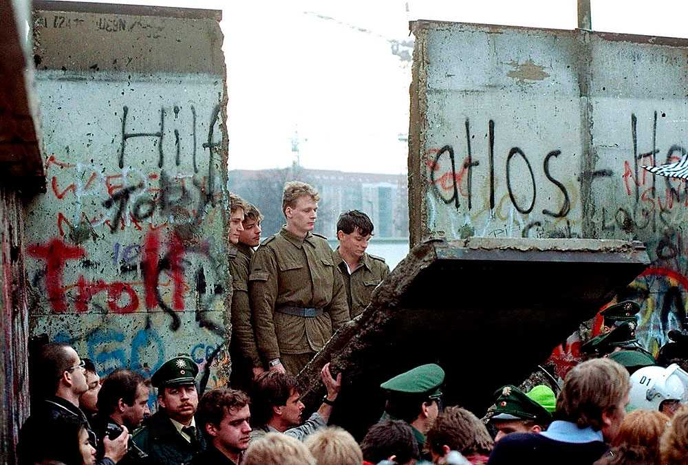 Föll för 25 år sedan i dag När Berlinmuren väl föll gick det snabbt och plötsligt var Tyskland återförenat.
