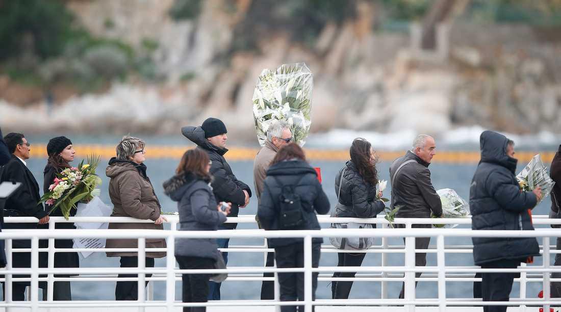 Anhöriga till offren i färjeolyckan besökte idag Costa Concordia och olycksplatsen.