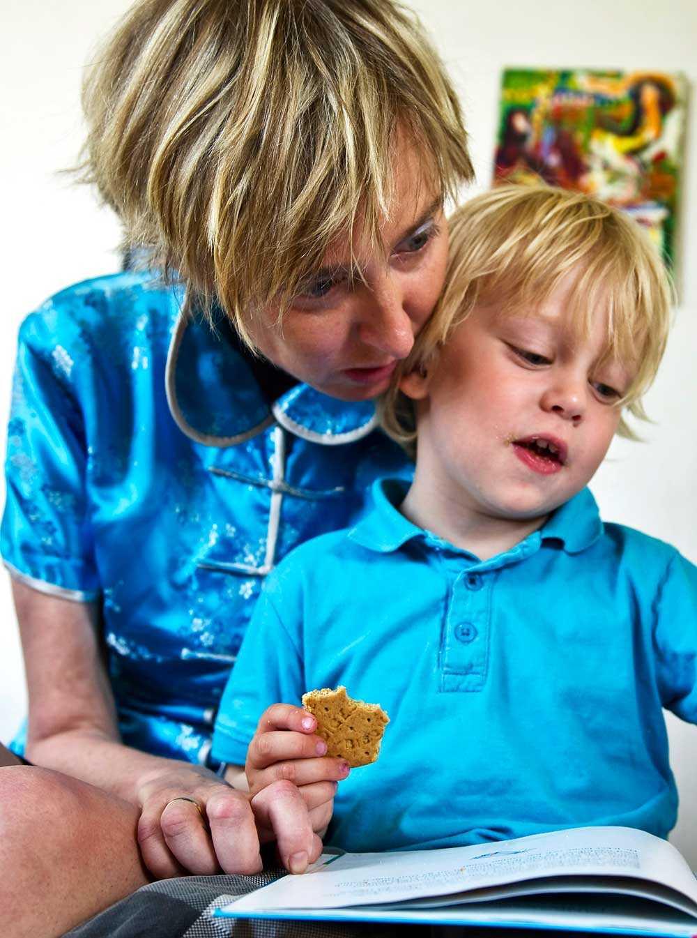 Maria Eggers tillsammans med sonen Simon, 3.