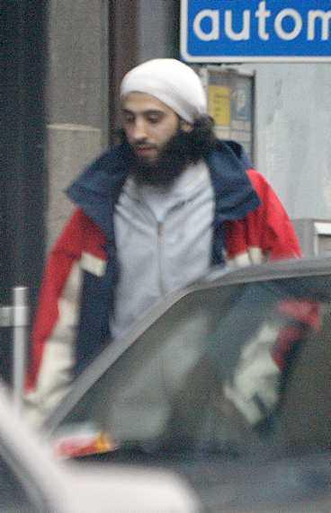 utpekad 21-årige Anas Khalifa på en gata i Göteborg. Aftonbladet träffade studenten som har tydliga kopplingar till sajten omislam.com. - Det vi förmedlar har inget med terrorism att göra, säger han till Aftonbladet.