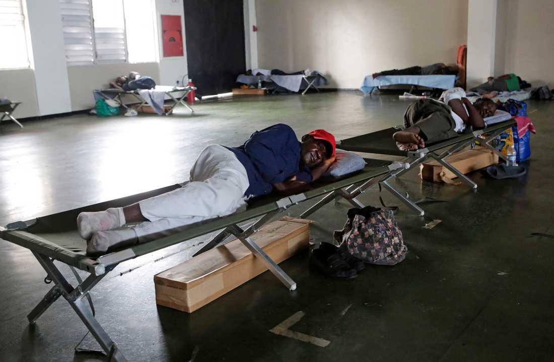 Människor får skydd på en fotbolssstadium i Kingston, Jamaica.