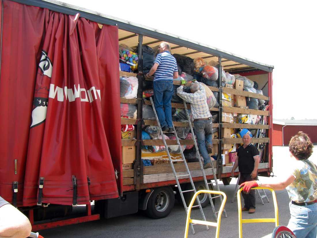 Lastbil fullastad med förnödenheter till barnhemmet.