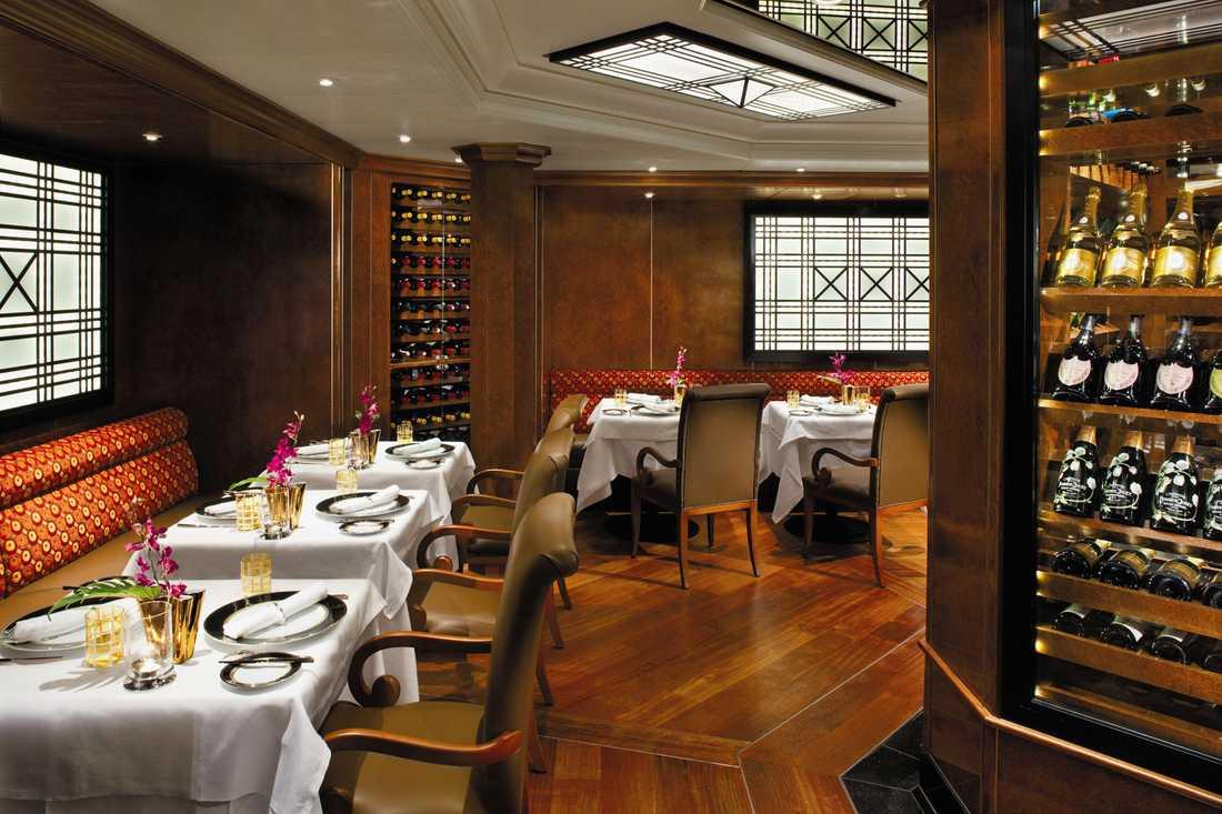 Fartygets finaste restaurang är franskinspirerade Le Champagne. Här kostar det några hundralappar extra att äta och vill du slå på riktigt stort väljer du stora avsmakningsmenyn med ett exklusivt vinpaket för närmare 1500 kr per person.