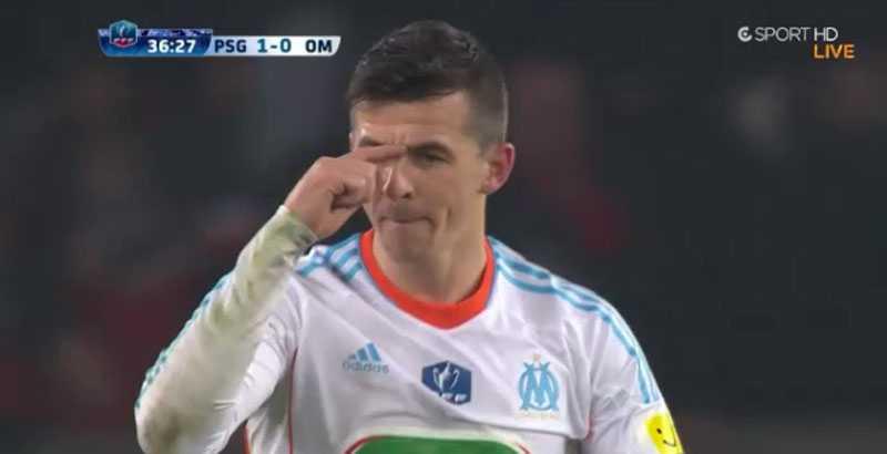 Barton svarar svensken genom att mäta upp storleken på hans näsa.