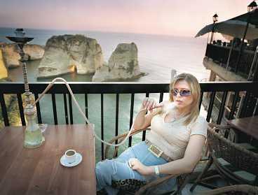 Att njuta av solnedgången från ett av Beiruts många kaféer rekommenderas.