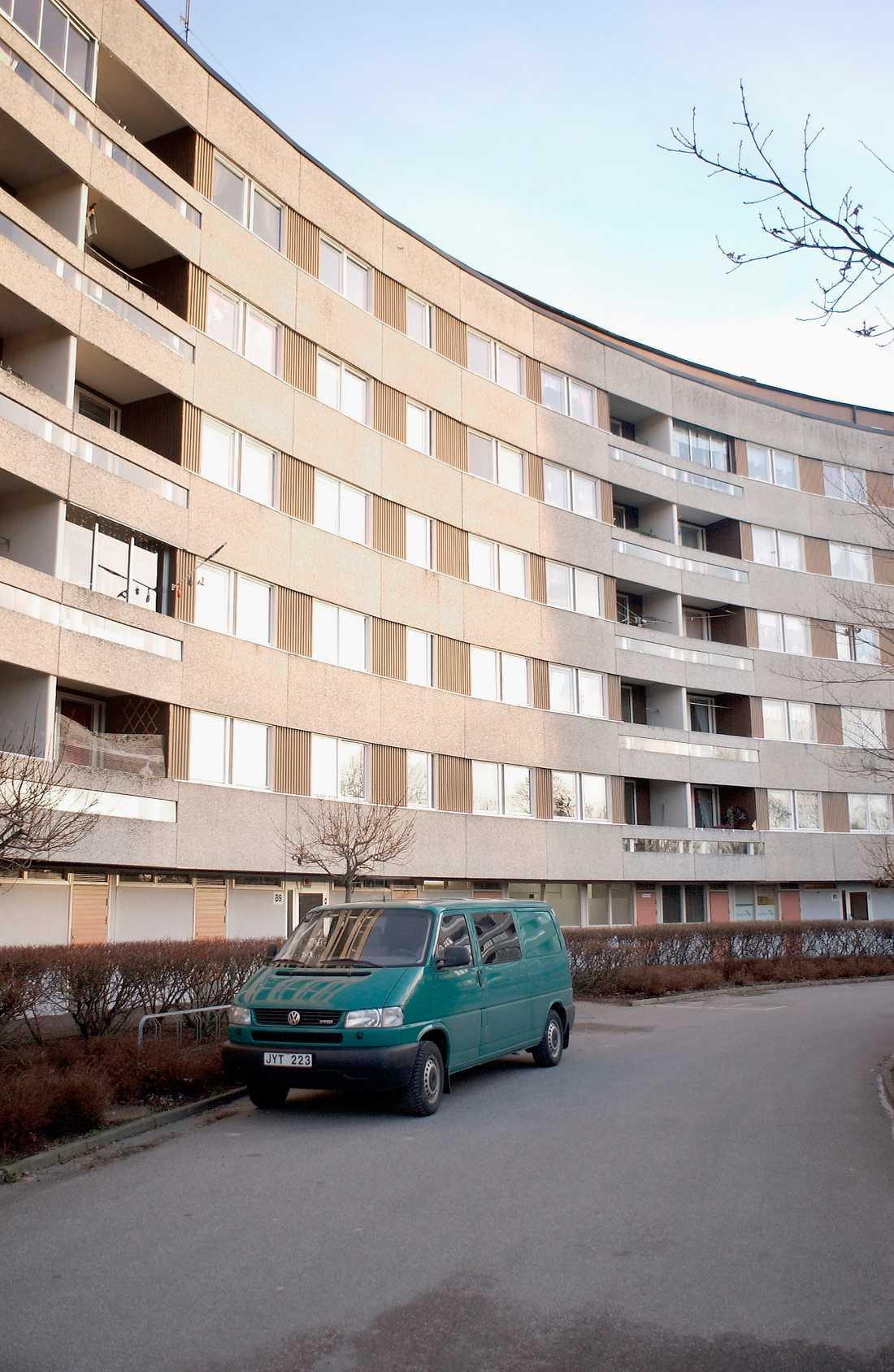 Ekström hittades död i sitt hem på Kungsmarksvägen i Karlskrona.