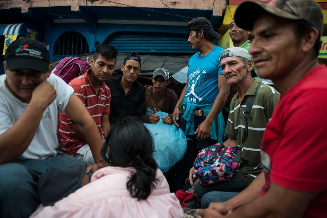 En grupp av migranterna får lift av en lastbil vid Mazatenango, drygt 30 mil från den mexikanska gränsen, under torsdagen.