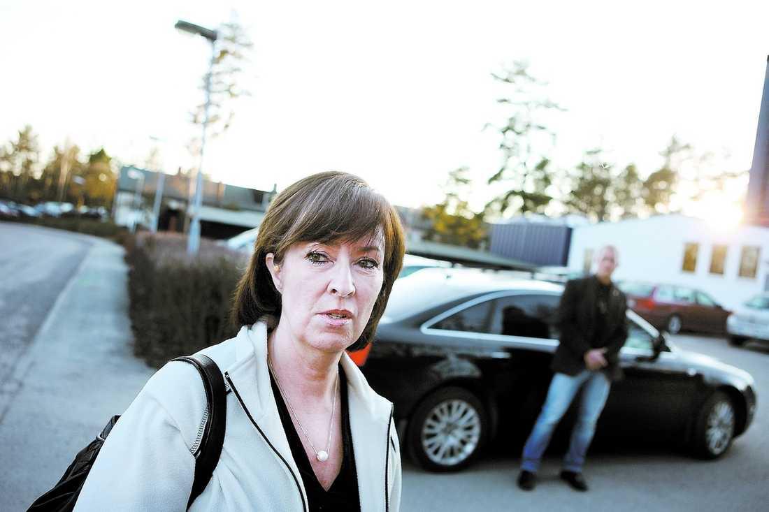 """PRESSAD PARTILEDARE Mona Sahlin anser att Socialdemokraternas katastrofala opinionssiffror beror på AMF-skandalen. """"Det finns en besvikelse över att arbetarrörelsens företrädare inte står för någon skillnad. LO och Wanja har mycket att visa"""", säger Mona Sahlin till Aftonbladet. Hon anser att LO-basen nu måste lämna styrelseposter och """"fokusera på sitt fackliga uppdrag""""."""