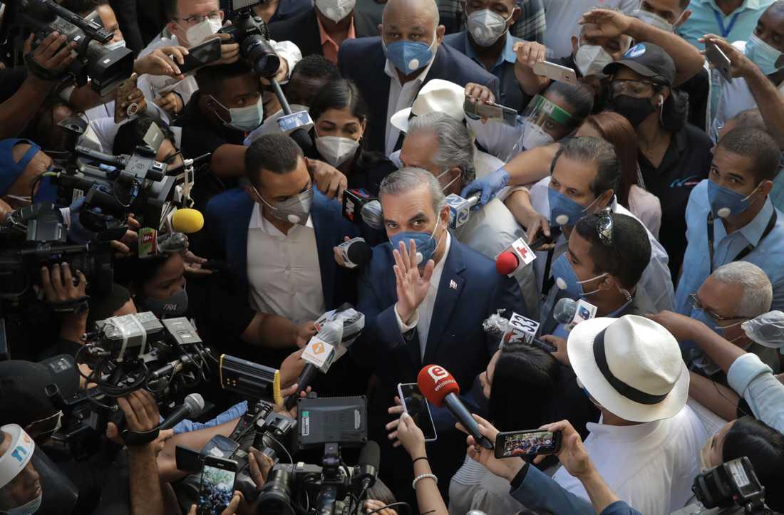 Dominikanska republikens blivande president Luis Abinader vinkar till kameran.