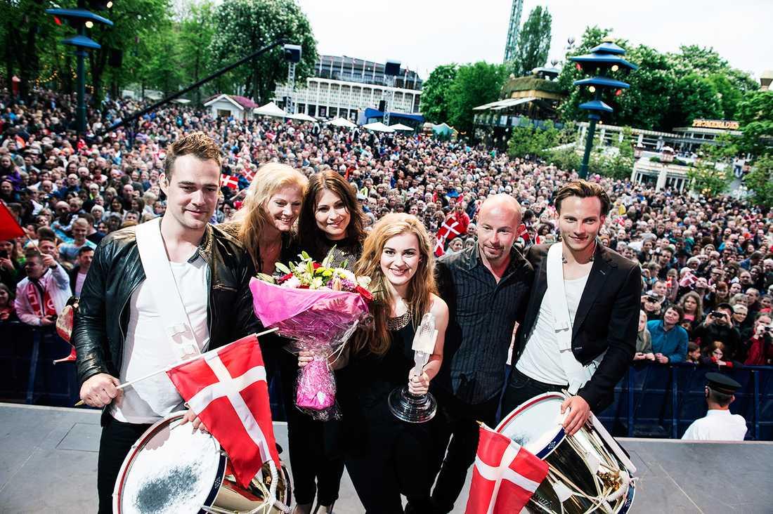 Eurovisionsschlagerfestivalen, Eurovision Song Contest, Schlager-EM. Vinnaren Emmelie de Forest, sångare Danmark, återvänder hem till Danmark och firas på Tivoli i Köpenhamn.