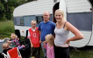 modekärra Johnnie Gråberg och Therese Isaksson och deras barn är på semester med en husvagn i Norrtäljetrakten och trivs alldeles utmärkt. Familjen är en av många som återupptäckt husvagnen.