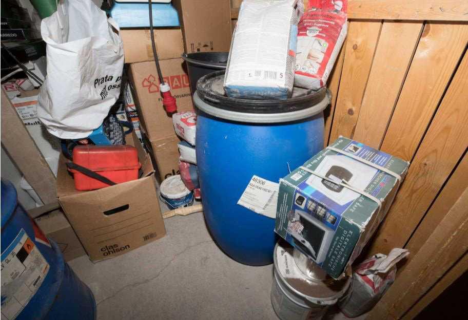 De tre terrormisstänkta männen hade enligt åklagaren förberett sig med stora mängder kemikalier, gasmasker och annan militär utrustning. Bildmaterial från polisens förundersökningsprotokoll.