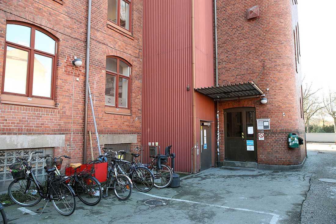 Strax efter klockan 09 slog vittnen larm om en knivskadad man på en folkhögskola i centrala Malmö.