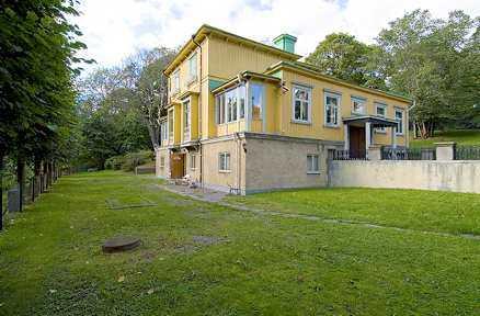 545 KVADRAT Den gula trävillan är byggd 1851. Utropspriset är 17,5 miljoner.