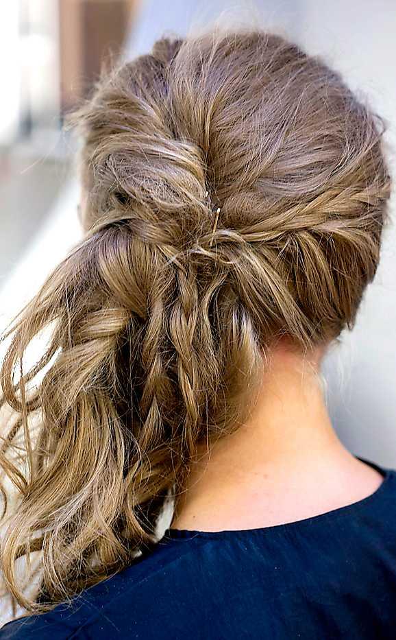 6 Spreja håret rikligt med torrschampo för att göra det rufsigt och strävt. Fäst frisyren med hårnålar bakom örat.