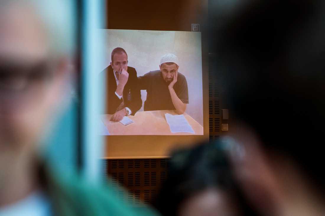 Rakhmat Akilov via videolänk vid omhäktningsförhandlingar i Stockholms tingsrätt.