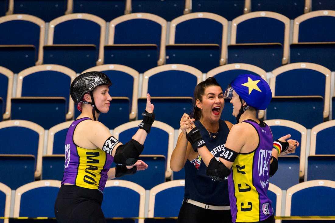 Hanna Pålsson (till höger) tävlar för Crime City Rollers i Roller derby.