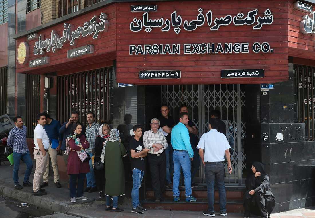 Människor köar till ett växelkontor för att köpa euro och amerikanska dollar i Teheran i maj 2019. De ekonomiska sanktionerna slår hårt mot landet.