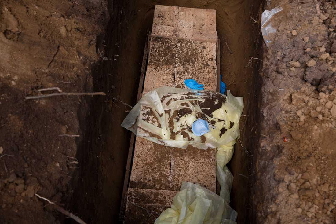 När kistan sänkts ner i graven ber de anhöriga som kommit en stilla bön. Begravningsteamet kastar ner sina kläder, och Rendall Marshall fyller igen hålet. begravningen tar tio minuter.
