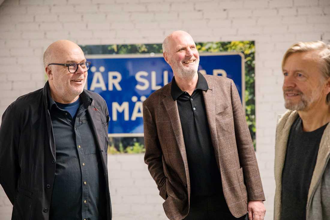 Mikael Ståhl (i mitten) tillsammans med konstnärerna Dan Wolgers (till vänster) och Ernst Billgren (till höger), som båda finns representerade i Mikael Ståhls konstsamling. Pressbild.