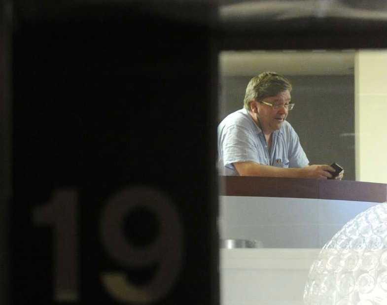 En förhandlare sedd genom ett fönster inne på Svenskt Näringslivs lokaler under förhandlingarna mellan Transportarbetareförbundet och arbetsgivarna sent på tisdagen med ett strejkvarsel lagt till klockan tolv på onsdagen.