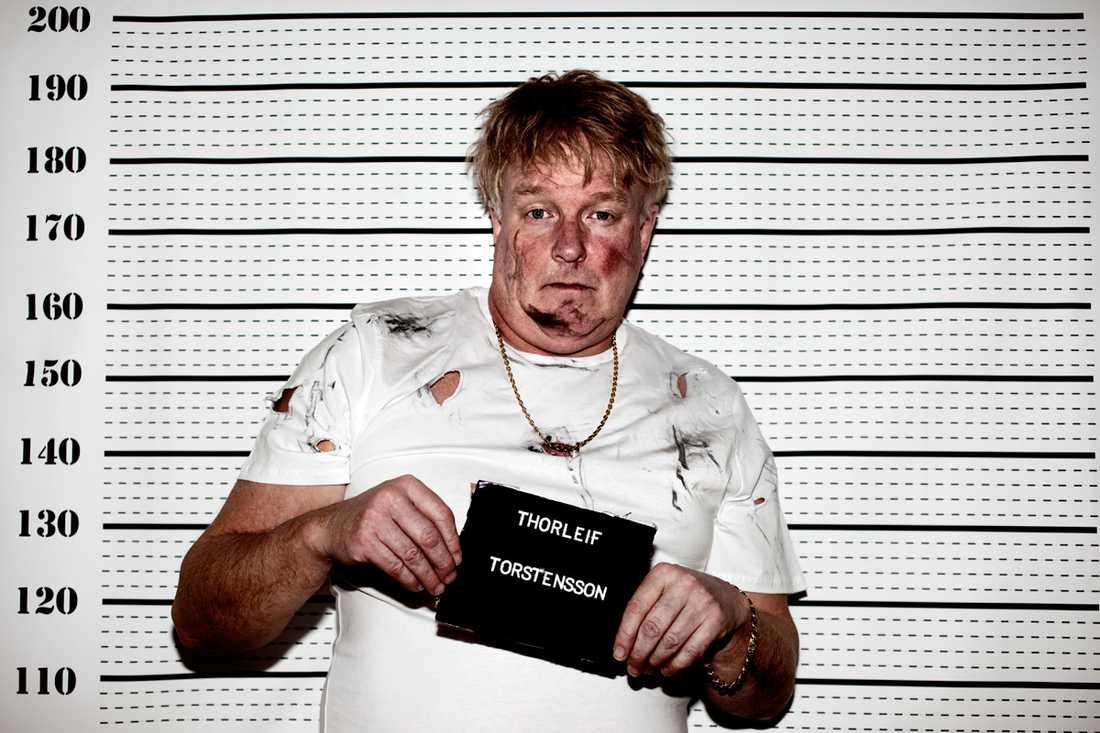 """2009 Samma årgång av tävlingen ställde Thorleifs frontman, Thorleif Thorstensson, upp i ett mugshot i vad som kallades för """"schlagerförhöret""""."""