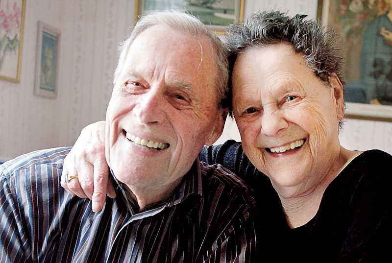 """""""Det var som en blixt"""", säger Maj-Lis och Karl-Johan om mötet på återträffen år 2000. Då var de 75 år gamla. Sedan den dagen är de ett par."""