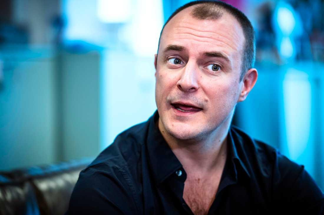 Kulturjournalisten Johan Hilton sågar filmen i en artikel i Dagens Nyheter.