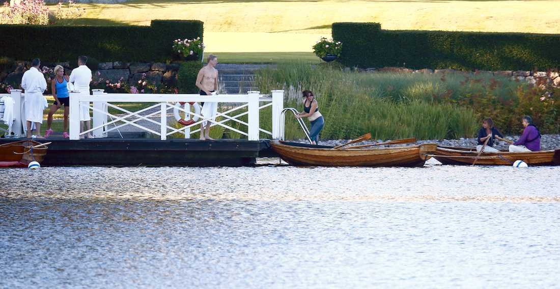 Bad på Harpsund mellan budgetöverläggningar och den traditionella kräftskivan.