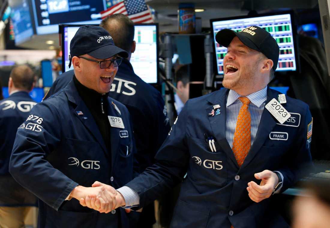 Handlare på New York-börsen firar när drömgränsen passeras.